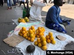 Verkäufer in Harare sagen, dass sie ihr Geschäft nicht verlassen, da sie keine anderen Einkommensquellen haben, wobei Simbabwes Arbeitslosenquote bei 85 Prozent liegt.