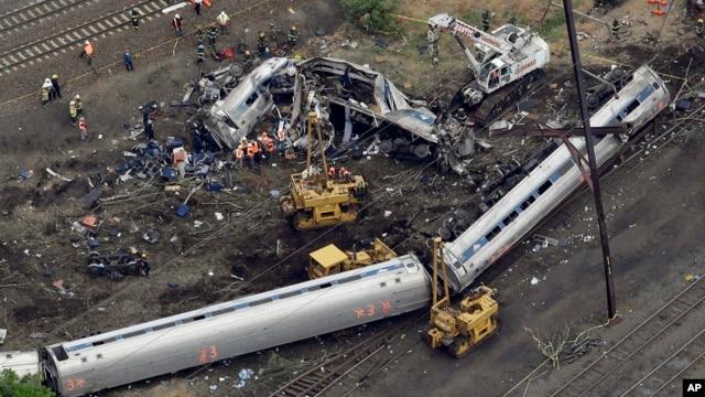 Nhân viên cứu hộ làm việc tại hiện trường tai nạn ở Philadelphia, 13/5/2015.