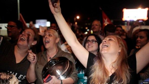 Người dân tại Little Havana, Miami ăn mừng sau khi nghe tin về cái chết của lãnh tụ cách mạng Cuba Fidel Castro, ngày 26 tháng 11 năm 2016.