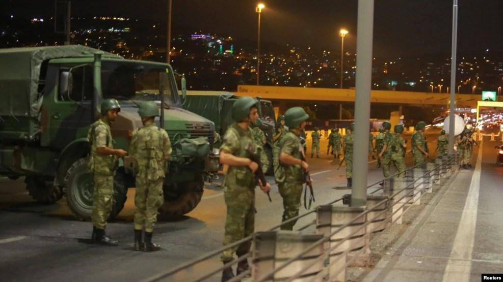 Des militaires turcs bloquent l'accès au pont du Bosphore qui relie les côtés européens et asiatiques de la ville, à Istanbul, Turquie, 15 juillet 2016.