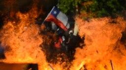 Una barricada levantada por manifestantes arde en las calles de Santiago de Chile.