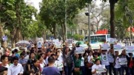 Người dân thủ đô Hà Nội diễu hành quanh Hồ Gươm giương cao biểu ngữ phản đối chính quyền chặt hạ cây xanh, ngày 22/3/2015.