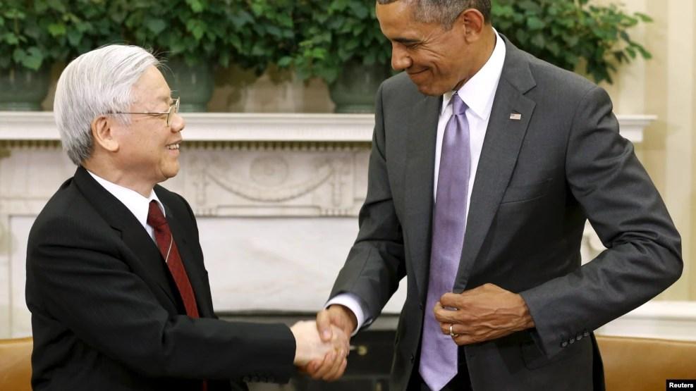 Tổng thống Obama bắt tay với Tổng bí thư Nguyễn Phú Trọng sau cuộc gặp tại Phòng Bầu dục ở Washington hôm 7/7/2015.