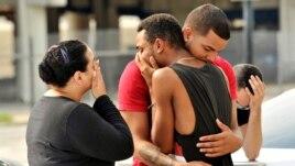 Bạn bè và người thân ôm nhau bên ngoài Sở Cảnh sát Orlando trong khi một cuộc điều tra đang được tiến hành, ở thành phố Orlando, bang Florida, ngày 12 tháng 6, 2016.