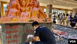 香港支联会国安法下首次洗刷国殇之柱 冀以行动战胜恐惧延续六四烛光