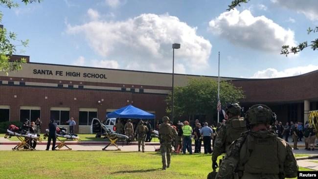 Policías responden a un tiroteo en la escuela secundaria Santa Fe en Texas el viernes, 18 de mayo, de 2018.