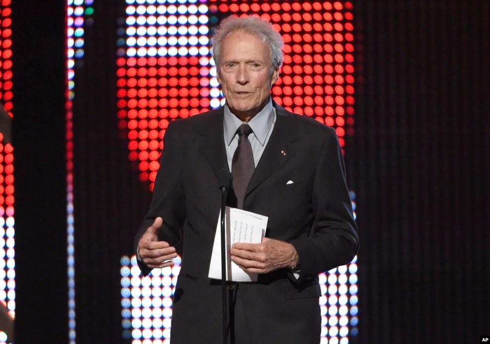 美国好莱坞著名的硬汉影星与导演克林特·伊斯特伍德(Clint Eastwood,2016年6月4日) 。他说,川普虽然说过好多蠢话,但不求政治正确,而大家在心底都反对政治正确。他还说,投票给谁,是艰难的选择,但他不得不投票给川普,因为希拉里·克林顿说,她要追随奥巴马的足迹。早在2012年共和党代表大会上,伊斯特伍德就曾经上台讲话,支持共和党人罗姆尼与瑞安竞选。