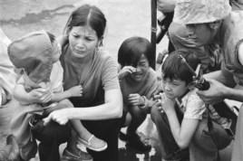 Một bà mẹ và ba người con miền Nam Việt Nam chạy khỏi Việt Nam trên một chiếc tàu của Thủy quân lục chiến Hoa Kỳ, 29/4/1975 (Ảnh tư liệu.)