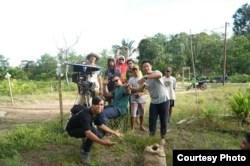 "Kru film ""Sigek Cokelat"" saat syuting di Kalimantan Barat (Dok: Ashram Shahrivar)"