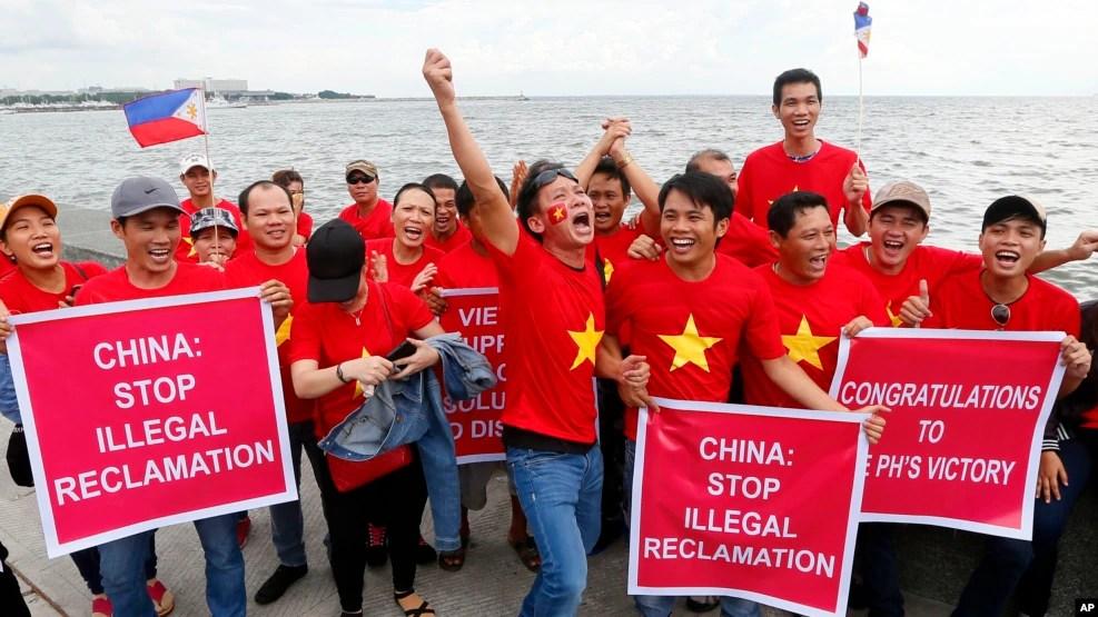 Người Việt tuần hành ở Manila trước khi Toà Trọng tài LHQ ra phán quyết bác bỏ tuyên bố chủ quyền của Trung Quốc ở Biển Đông, 12/7/2016, Philippines.