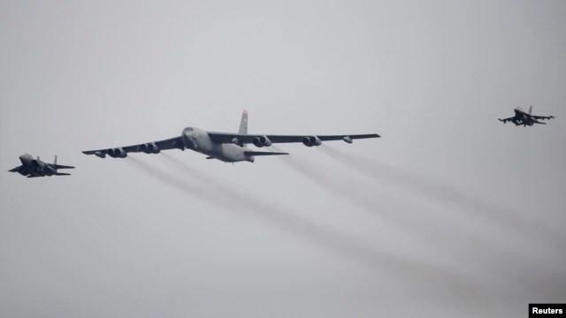 Máy bay ném bom B-52 của Mỹ bay ngang căn cứ không quân Osan ở Pyeongtaek, Hàn Quốc, ngày 10/1/2016.