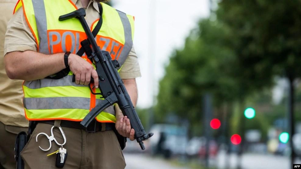 Một cảnh sát bảo vệ khu vực xung quanh trung tâm mua sắm Olympia Einkaufzentrum ở Munich sau vụ xả súng ngày 22 tháng 7 năm 2016.