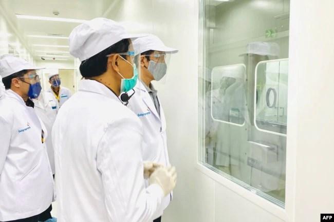 Presiden Joko Widodo meninjau pabrikk PT Bio Farma yang akan memproduksi vaksin Covid-19 di Bandung, Jawa Barat, Selasa, 11 Agustus 2020. (Foto: Biro Setpres via AFP)