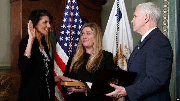 El vicepresidente de EE.UU., Mike Pence, toma juramento a la nueva embajadora ante la ONU, Nikki Haley, exgobernadora de Carolina del Sur.