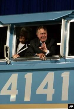 """El tren """"Union Pacific 4141"""" nombrado en honor del expresidente George H.W. Bush, en 2005, lleva los restos del exmandatario hasta su biblioteca presidencial en College Station, Texas, donde recibirá sepultura. Foto: AP, octubre 18 de 2005."""