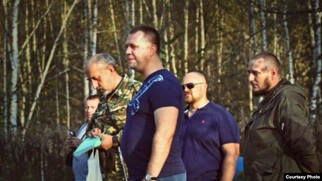 Valerij Šambarov, organizator kampa u Srbiji i Rusiji sa UOSYU-om (lijevo) sa Aleksandrom Borodaijem iz Saveza dobrovoljaca Donbasa i Romanom Telenkovičem iz ENOT Corpa (desno). Izvor: ENOT Corp