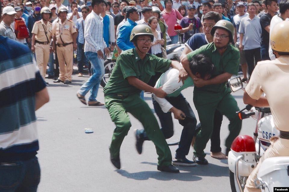 Kết quả hình ảnh cho hinh anh đàn áp biểu tình