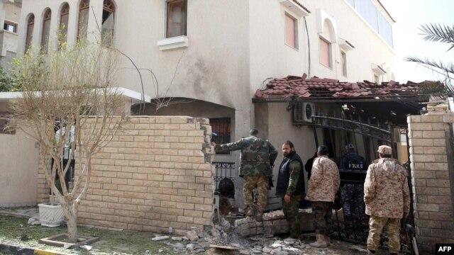 Lực lượng an ninh Libya xem xét hiện trường vụ nổ bom ở lối vào tư gia của Đại sứ Iran tại thủ đô Tripoli, ngày 22/2/2015.