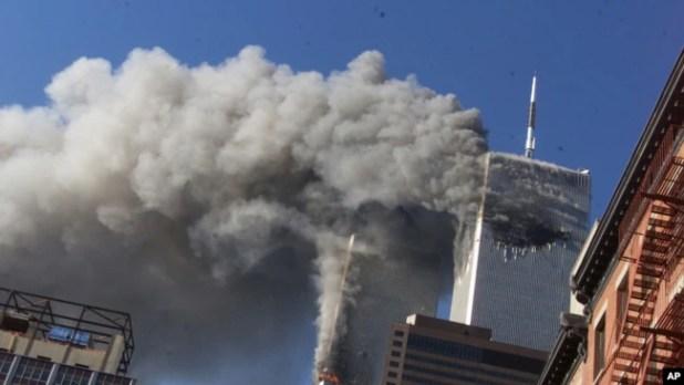 Asap mengepul dari Menara Kembar World Trade Center yang terbakar pada 11 September 2001.