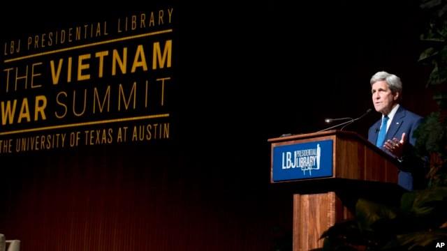 Ngoại trưởng Mỹ John Kerry phát biểu tại Thượng đỉnh Chiến tranh Việt Nam tại Thư viện Tổng thống Lyndon Johnson trong khuôn viên Đại học Texas ở Austin, ngày thứ tư 27/4/2016.