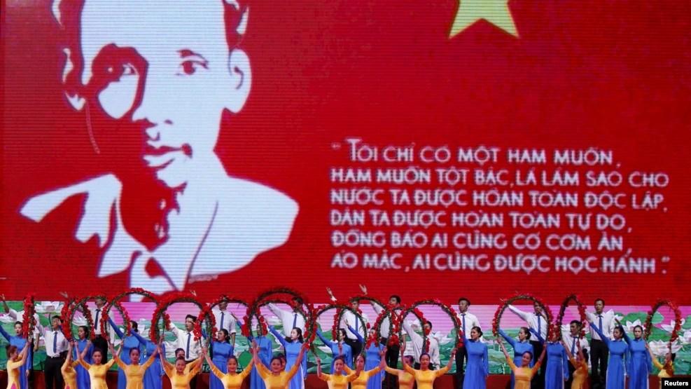 Nghệ sĩ biểu diễn trước một màn ảnh khổng lồ chiếu hình ảnh và danh ngôn của lãnh tụ Hồ Chí Minh, ở Hà Nội, 17/5/2015.