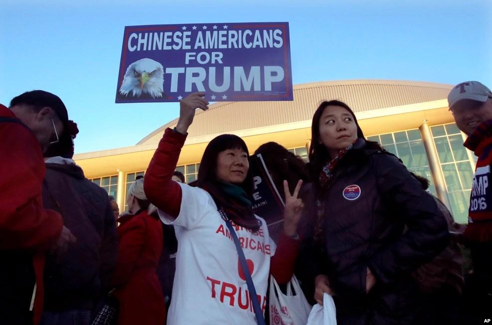 """在马萨诸塞州的川普竞选大会举行前,有人举着标语""""华裔美国人支持川普""""(2016年11月7日)"""