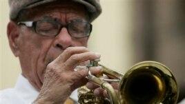 Ông bắt đầu sự nghiệp vào những năm 1920 và trở thành một khuôn mặt và âm thanh quen thuộc của nhiều câu lạc bộ và quán rượu ở New Orleans.