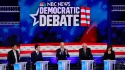 El candidato presidencial demócrata y exvicepresidente de EE.UU., Joe Biden, habla junto a otros candidatos durante el primer debate demócrata organizado por NBC News en el centro Adrienne Arsht para las Artes Escénicas, en Miami, Florida, el 27 de junio de 2019.