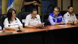 Funcionarios del MInisterio de Salud de Guatemala, informan en conferencia de prensa la primera muerte en el país por coronavirus. Foto: Eugenia Sagastume, VOA.