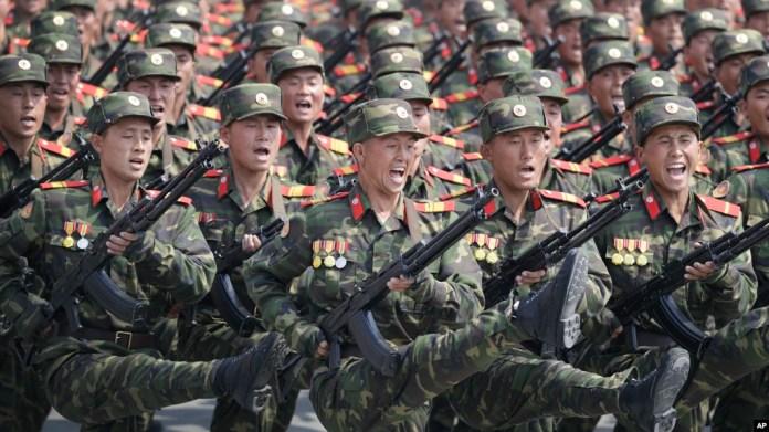 Soldados marchan durante un desfile militar para celebrar el 105 aniversario del nacimiento de Kim II Sung, el último fundador del país y abuelo del actual líder Kim Jong Un.