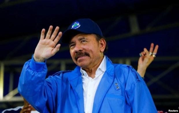 """El presidente de Nicaragua, Daniel Ortega, saluda a simpatizantes durante las celebraciones con motivo del 39 ° aniversario del """"repliegue"""" en Managua, Nicaragua, el 7 de julio de 2018. REUTERS / Oswaldo Rivas -"""