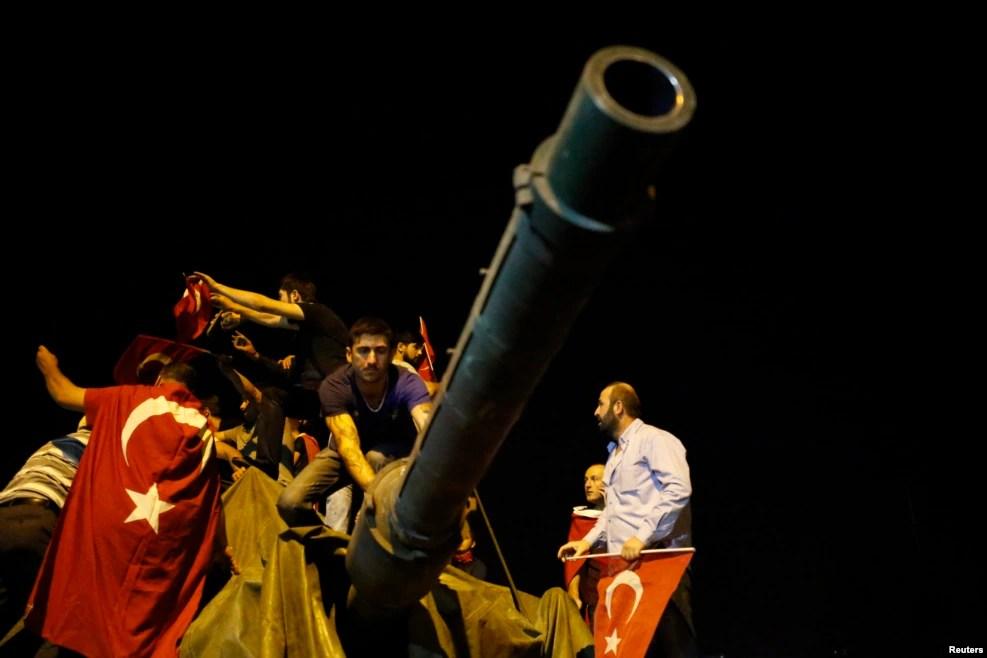 Des manifestants entourent un char de l'armée turque à Ankara, Turquie, 16 juillet 2016.