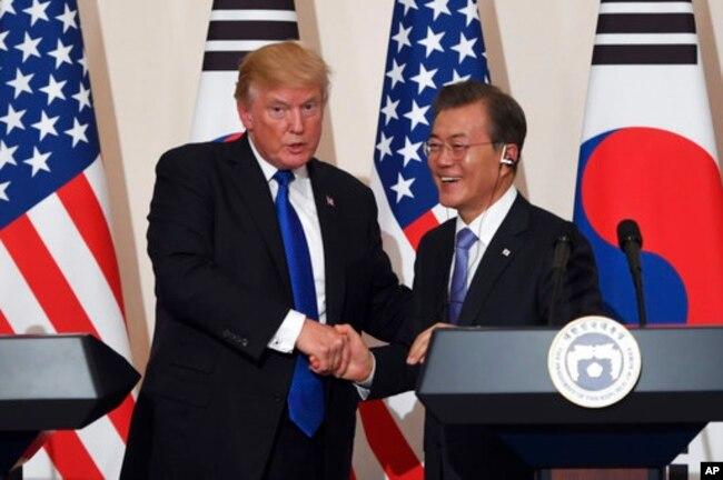 El presidente de EE.UU., Donald Trump, y el presidente de Corea del Sur Moon Jae-in, se saludan durante una conferencia de prensa en la Casa Azul, en Seúl. Nov. 7, 2017.