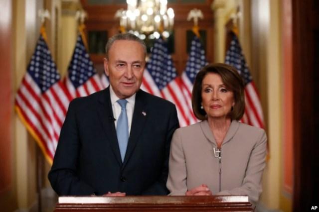 La presidenta de la Cámara de Representantes de EE.UU., Nancy Pelosi, demócrata por California, y el líder de la minoría del Senado, Chuck Schumer, demócrata por N.Y., hablan en el Capitolio en respuesta al discurso en horario de máxima audiencia del presidente Donald Trump sobre seguridad fronteriza. Enero 8 de 2019.