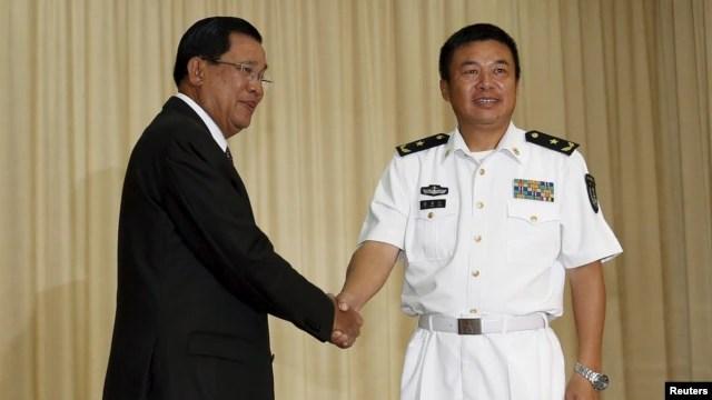 Thủ tướng Campuchia Hun Sen chào đón sĩ quan chỉ huy của hạm đội Trung Quốc Du Mãn Giang tại Phnom Penh, này 24/2/2016.