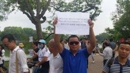 Tác giả (Lê Anh Hùng) trong cuộc biểu tình tại Hà Nội sáng 1/5.
