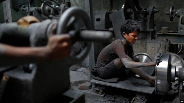 Nizam, (11 tahun) bekerja di pabrik logam di Dhaka, Bangladesh (foto: ilustrasi).