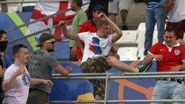 Cổ động viên bóng đá đụng độ trong Sân vận động Vélodrome sau trận đấu giữa Nga và Anh, ở Marseille, ngày 11, tháng 6, 2016.