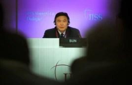Tướng Tôn Kiến Quốc phát biểu tại Đối thoại Shangri-La ở Singapore, ngày 31/5/2015. Ông Tôn nói rằng các công trình xây dựng là 'hợp lý, hợp lệ và chính đáng', và mục đích của những dự án đó là để cung cấp 'các nghĩa vụ quốc tế'.