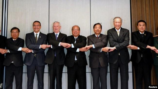 Bộ trưởng Quốc phòng Mỹ James Mattis (thứ 5 từ trái) chụp ảnh cùng các nhà lãnh đạo quốc phòng ASEAN bên lề hội nghị IISS Shangri-La Dialogue ở Singapore hôm 4/6.