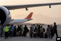 امریکی انخلا کے بعد کابل ایئرپورٹ سے قطر ایئرلائنز کی پہلی پرواز میں مسافر سوار ہو رہے ہیں۔ 9 ستمبر 2021