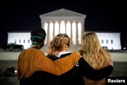 People stand in front of the U.S. Supreme Court following the death of U.S. Supreme Court Justice Ruth Bader Ginsburg, in Washington, U.S., September 18, 2020. (REUTERS/Al Drago)