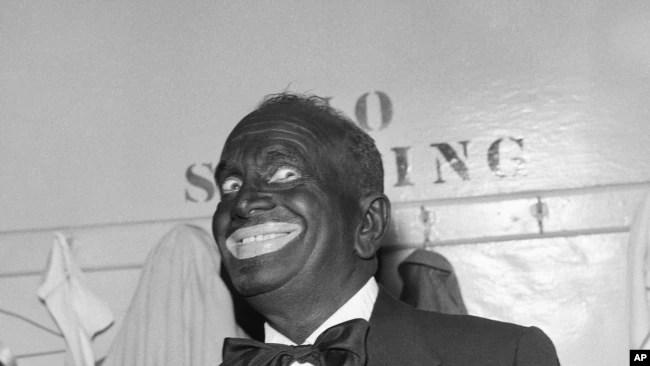 Al Jolson dons black-face makeup