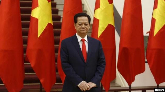 Thủ tướng Việt Nam Nguyễn Tấn Dũng chờ đợi sự xuất hiện của Chủ tịch Trung Quốc Tập Cận Bình tại Hà Nội vào ngày 05/11/2015.