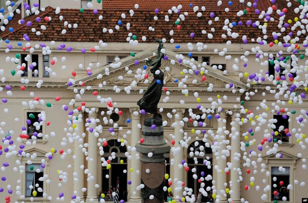 برازیل کے شہر ساؤ پولو میں تاجروں کی انجمن نے نئے سال کے آغاز کے موقع پر 50 ہزار غبارے فضا میں چھوڑے۔