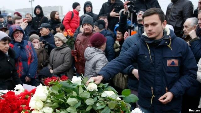 Nhà hoạt động đối lập Ilya Yashin đặt hoa tại nơi ông Boris Nemtsov bị sát hại ở trung tâm Moscow, 28/2/2015.