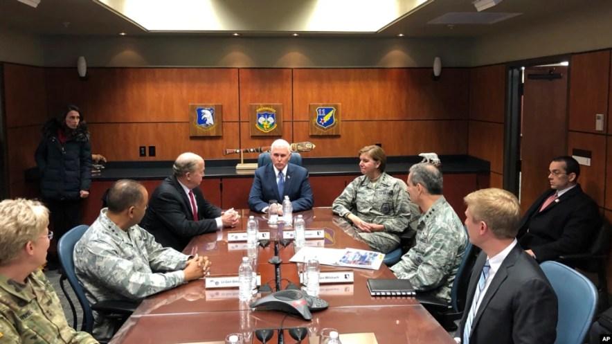 Phó TT Hoa Kỳ Mike Pence tại cuộc họp báo trước khi được báo cáo về hệ thống phòng thủ phi đạn với Thống đốc bang Alaska Bill Walker và Tướng Lori J. Robinson, Tư Lệnh Bộ Tư Lệnh Miền Bắc và Bộ Chỉ Huy Phòng Không Bắc Mỹ, tại Căn cứ Hỗn hợp Elemendord-Richardson, Alaska, ngày 5/2/2018. (AP Photo/Zeke Miller)