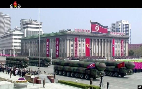 Imagen tomada de video provisto por televisora norcoreana KRT, del desfile del Día del Sol en Pyongyang. Abril 15, 2017.