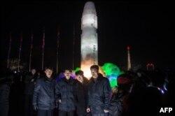 DOSSIER - Un groupe d'hommes devant une sculpture de glace représentant un missile balistique intercontinental Hwasong-15 au Festival de sculpture sur glace de Pyongyang à Pyongyang le 31 décembre 2017.