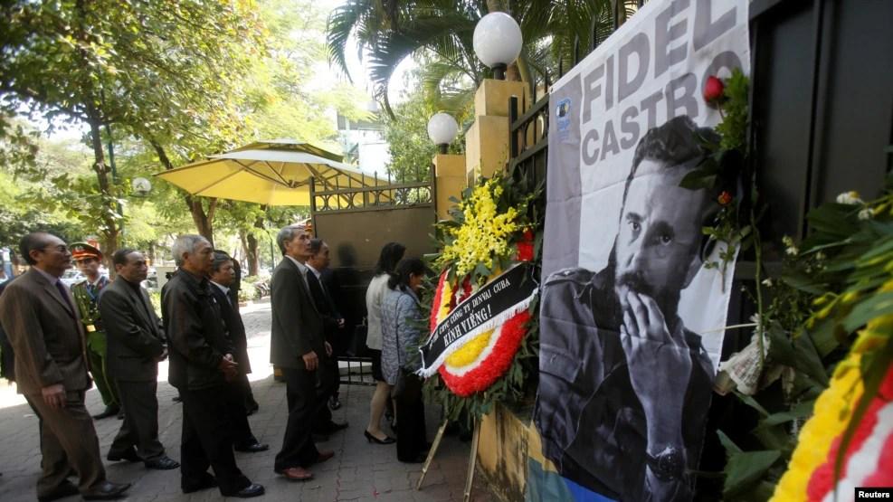 Người Việt xếp hàng để viếng Chủ tịch Fidel Castro tại Đại sứ quán Cuba ở Hà Nội, 28/11/2016.